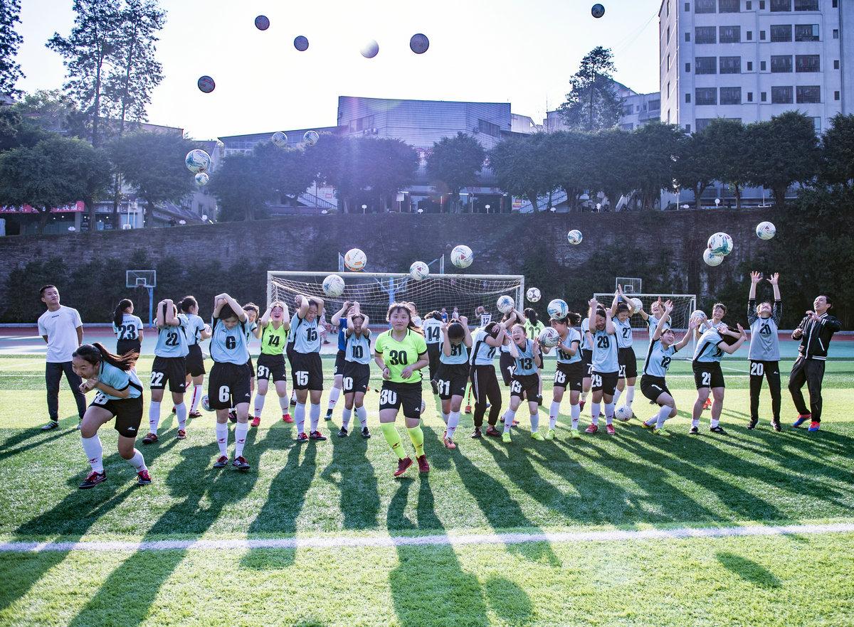 绿茵场上的那些女孩们——泸州外国语学校女子足球队剪影